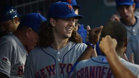 Mets pitcher Jacob deGrom gets high-fives with a