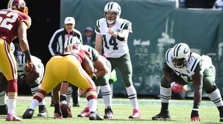 New York Jets quarterback Ryan Fitzpatrick (14) directs