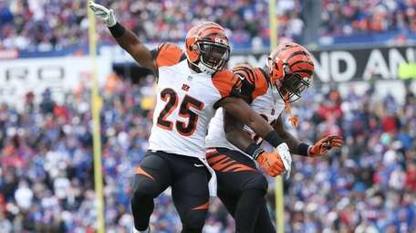 Giovani Bernard #25 of the Cincinnati Bengals celebrates