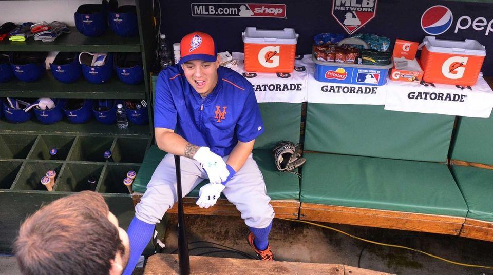 New York Mets shortstop Wilmer Flores (4) talks