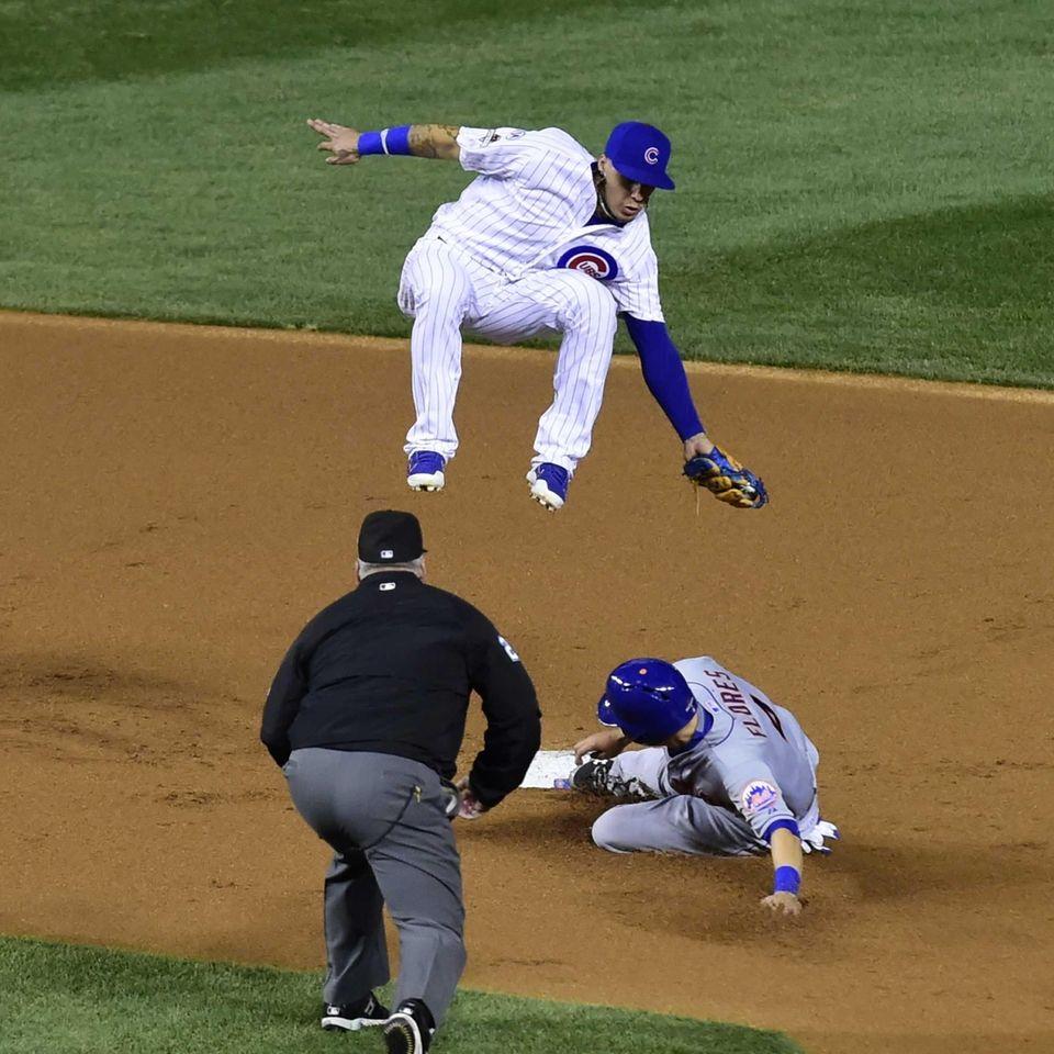 New York Mets shortstop Wilmer Flores (4) steals