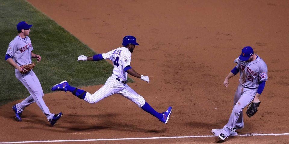 New York Mets first baseman Lucas Duda gets