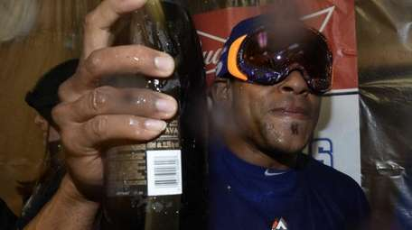 New York Mets centerfielder Yoenis Cespedes celebrates with