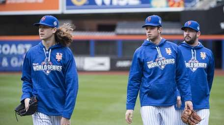 New York Mets pitchers Jacob deGrom, left, Steven