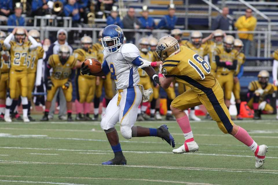 Roosevelt's no. 2 Quran Simmons breaks past Bethpage's