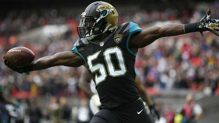 Telvin Smith of Jacksonville the Jaguars scores a