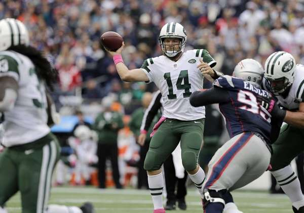 New York Jets quarterback Ryan Fitzpatrick throws a