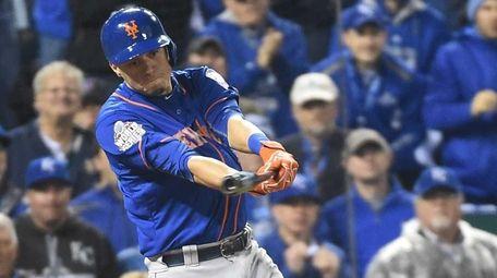 New York Mets shortstop Wilmer Flores (4) hits
