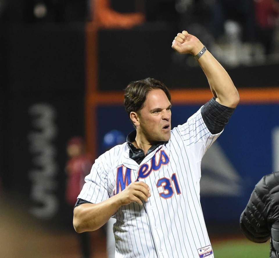 Former Met Mike Piazza pumps his fist as