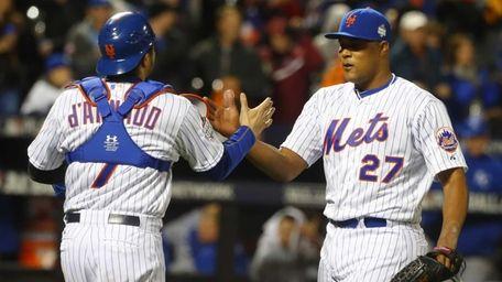 New York Mets catcher Travis d'Arnaud (7) and