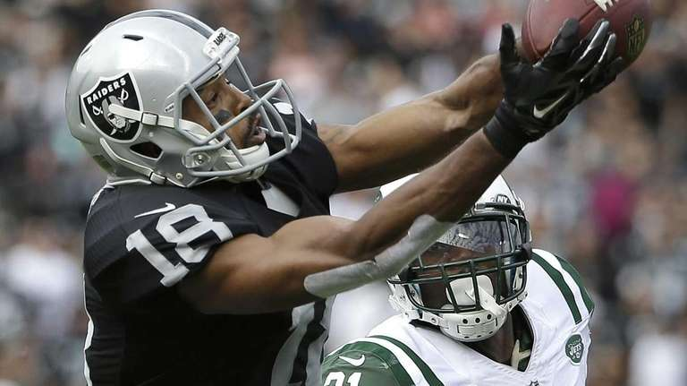 Oakland Raiders wide receiver Andre Holmes (18) catches