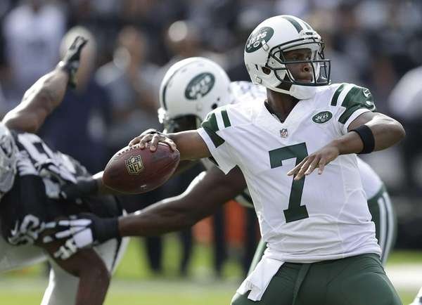New York Jets quarterback Geno Smith (7) passes