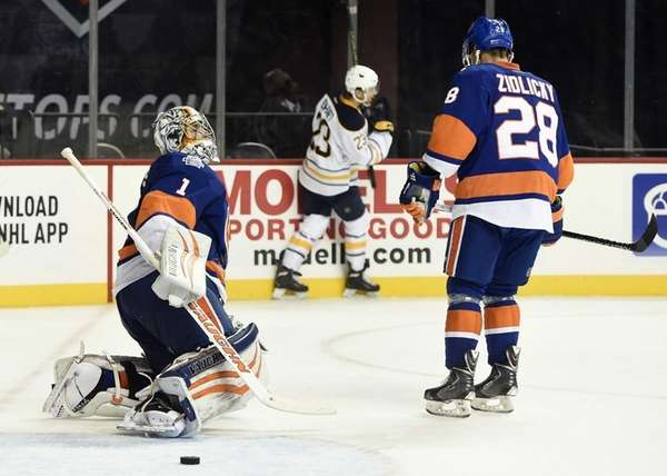 New York Islanders goalie Thomas Greiss (1) and