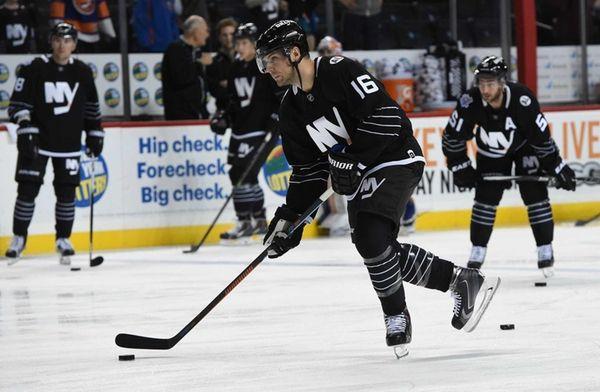 New York Islanders right wing Steve Bernier warms