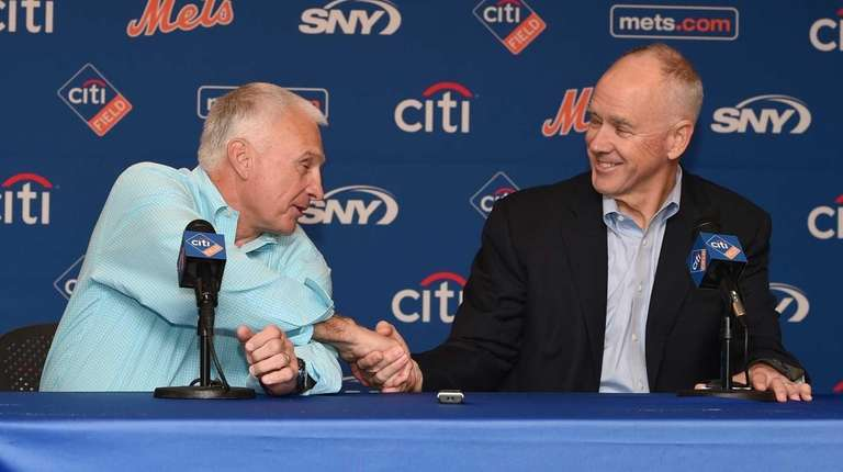 New York Mets general manager Sandy Alderson announces