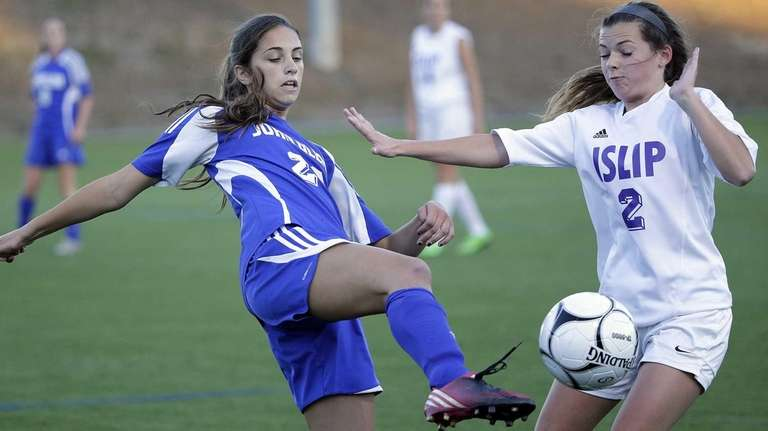 Glenn's Alice Chiodo (23) with the pass in