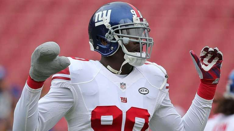 Jason Pierre-Paul of the New York Giants warms
