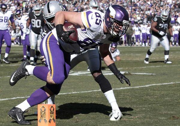 Minnesota Vikings tight end Rhett Ellison (85) scores