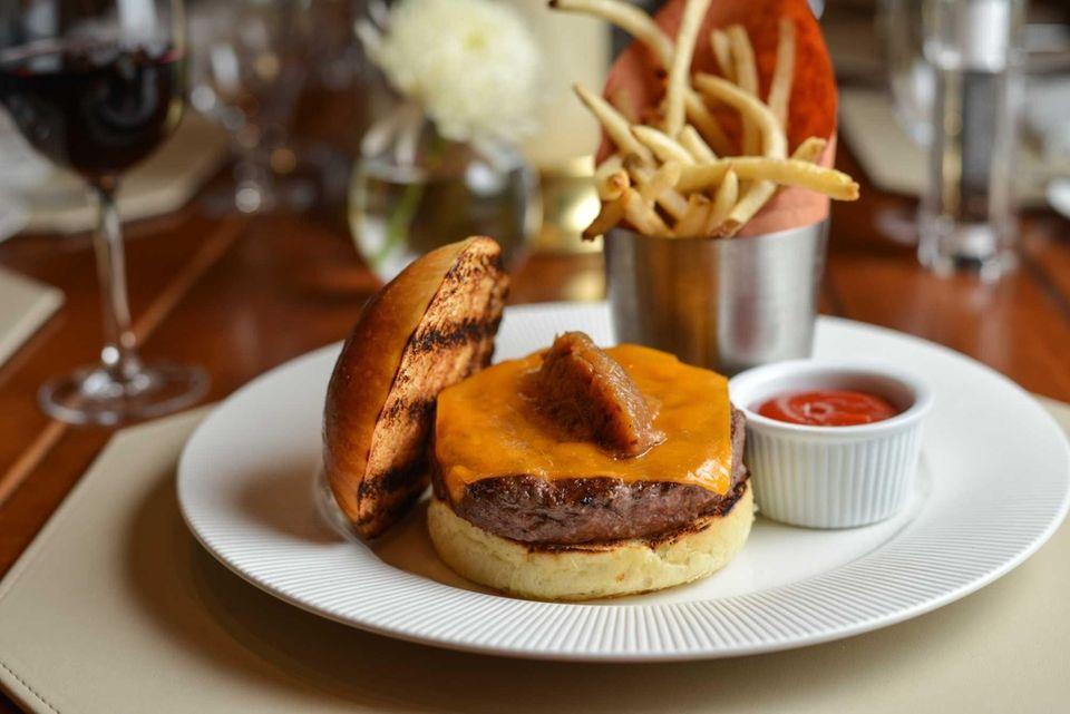 Sandbar, Cold Spring Harbor: The cheeseburger at this