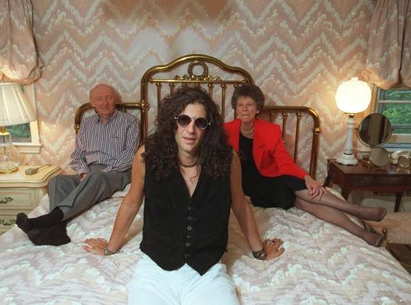 Howard Stern poses with his parents Ben and