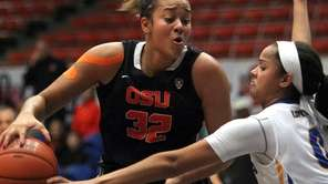Oregon St. forward Deven Hunter, left, dribbles against