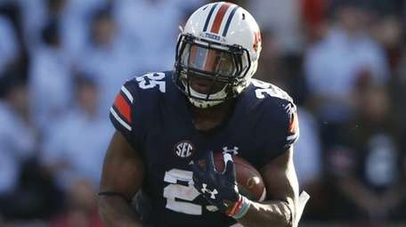 Auburn running back Peyton Barber (25) runs the