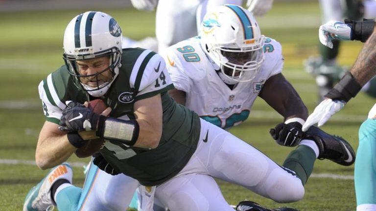 New York Jets quarterback Ryan Fitzpatrick (14) dives