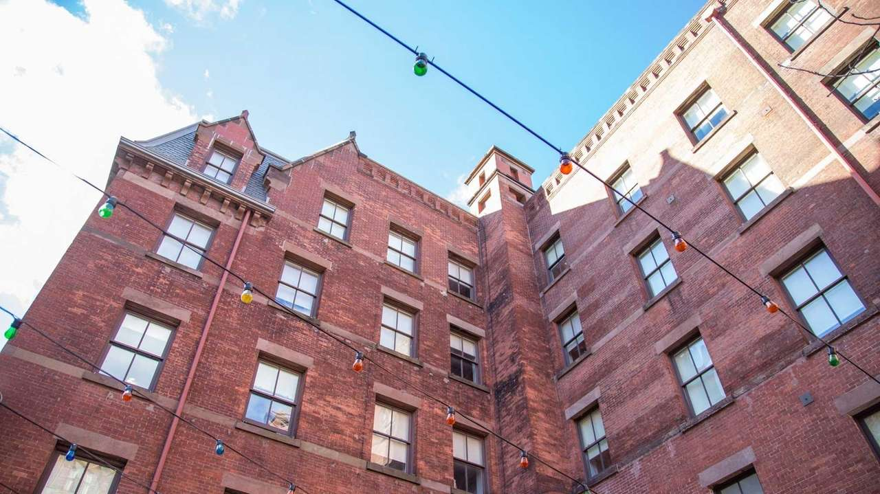NYC lawmakers are pushing to legalize youth hostels,