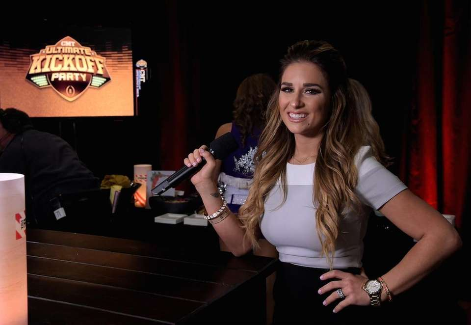 Country singer Jessie James Decker has a daughter,