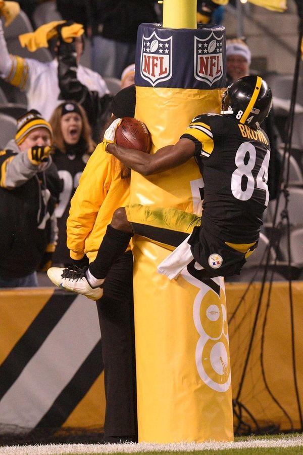 Pittsburgh Steelers wide receiver Antonio Brown (84) leaps