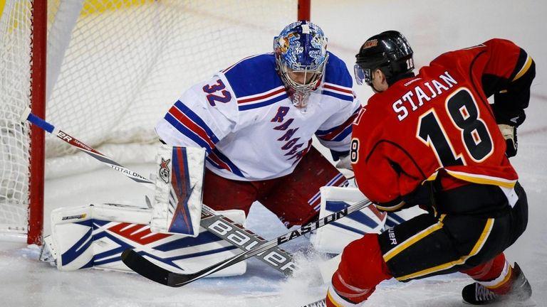 New York Rangers' goalie Antti Raanta, left, of