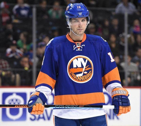 New York Islanders right wing Steve Bernier looks