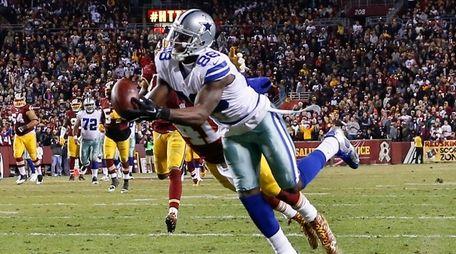 Dallas Cowboys wide receiver Dez Bryant pulls in