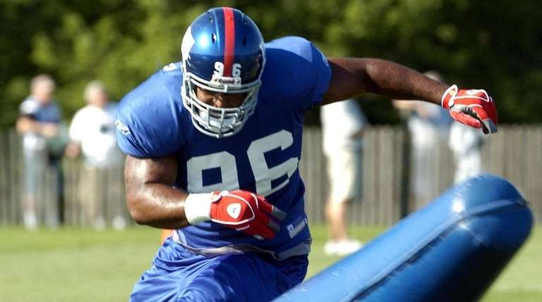 Giants DT Barry Cofield does a practice drill