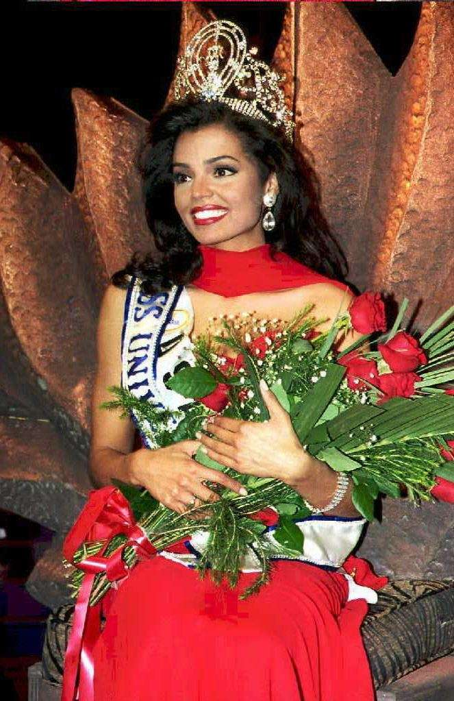 Miss USA Chelsi Smith is crowned Miss Universe