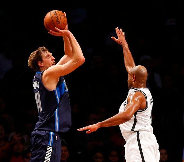 Mavericks' Dirk Nowitzki hits three-point shot over Jarrett