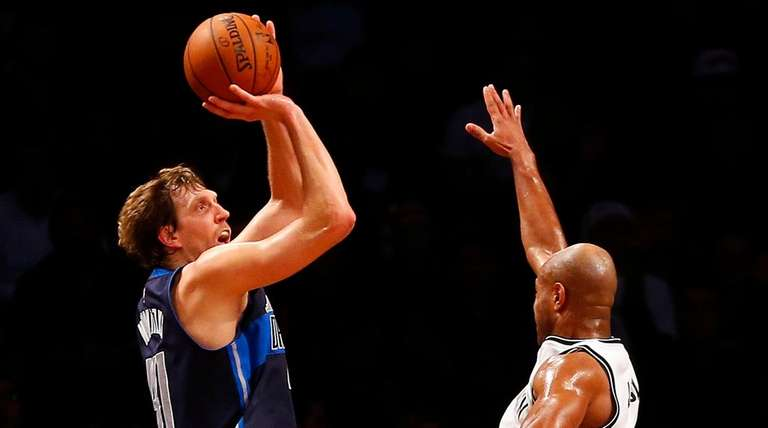 Mavericks' Dirk Nowitzki hits three-point shot over Jarrett