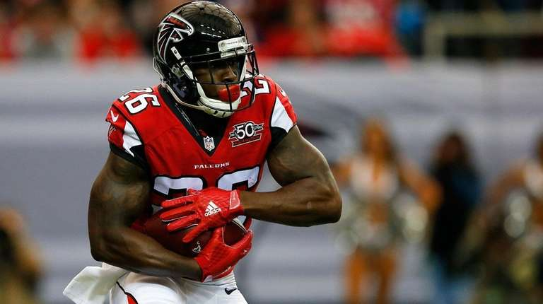 Tevin Coleman #26 of the Atlanta Falcons runs