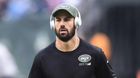 New York Jets wide receiver Eric Decker warms