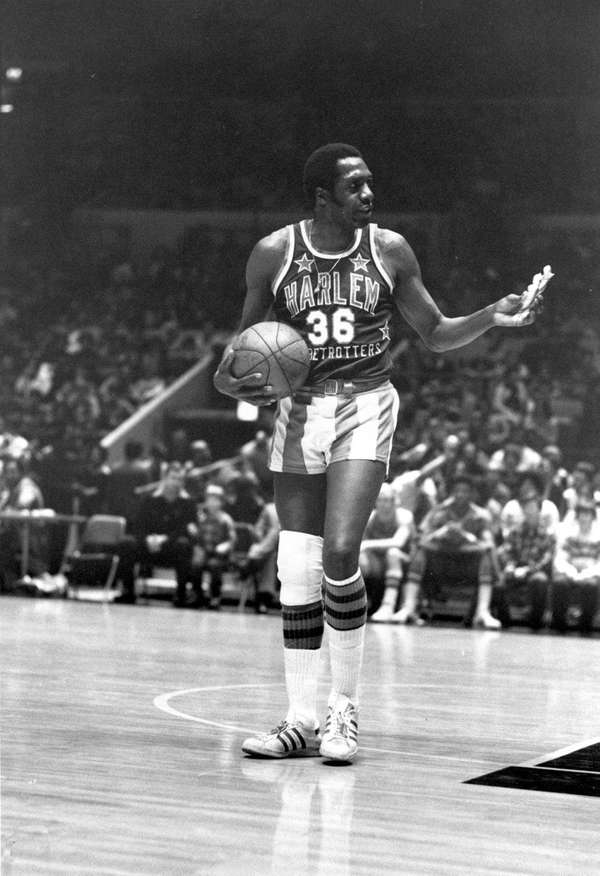 The Harlem Globetrotters' Meadowlark Lemon offers a pretzel