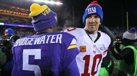 Eli Manning greets Vikings quarterback Teddy Bridgewater after