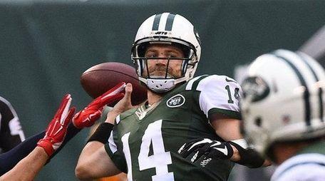 New York Jets quarterback Ryan Fitzpatrick (14) gets