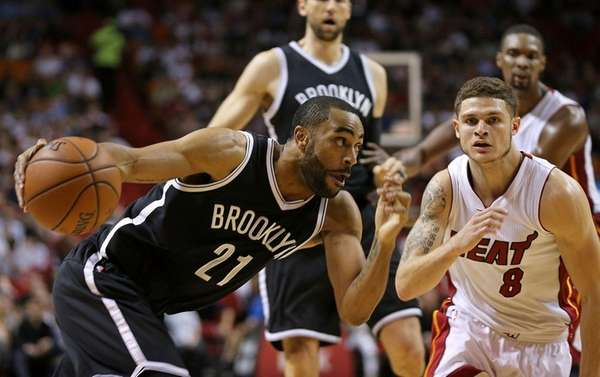 The Nets' Wayne Ellington (26 points) drives on