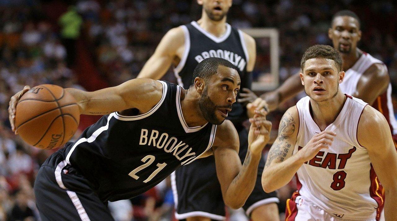 The Nets' Wayne Ellington (26 points) drives on
