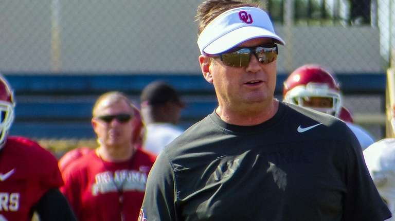 Oklahoma head coach Bob Stoops attends practice in