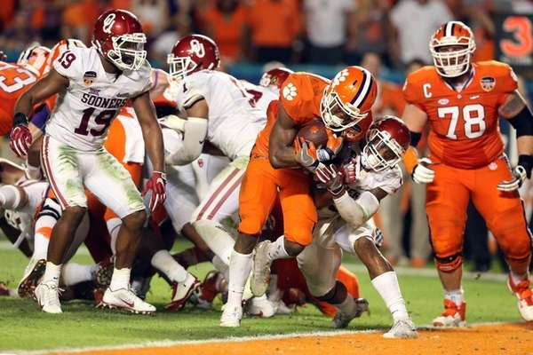 Wayne Gallman #9 of the Clemson Tigers scores