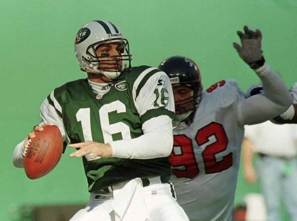 Jets quarterback Vinny Testaverde throws under pressure
