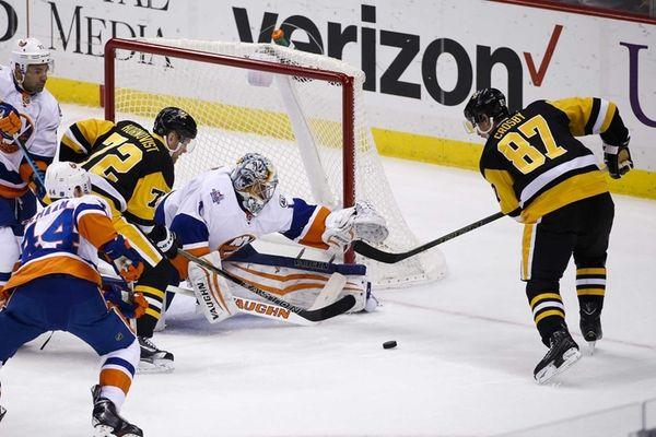 New York Islanders goalie Thomas Greiss (1) reaches