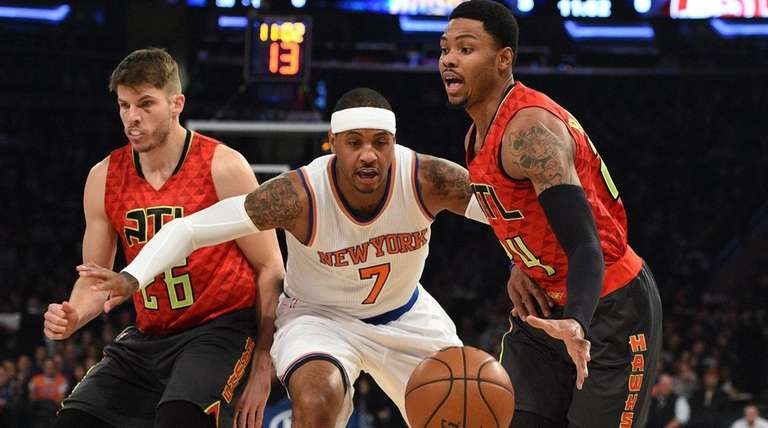 Carmelo Anthony tries to stop Kent Bazemore, right,