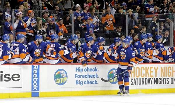 The Islanders bench cheers right wing Kyle Okposo